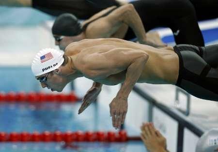 图文-男子400米混合泳预赛 菲尔普斯入水的英姿