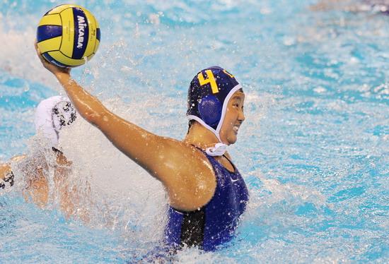 图文-女子水球大战 水中传球可不容易啊
