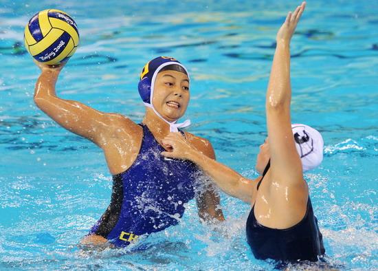 图文-女子水球大战 是打球还是打架?
