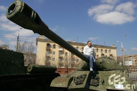 图文-聚焦撑竿跳女皇伊辛巴耶娃 美女也是军事迷