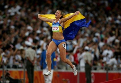 图文-[奥运]女子七项全能 展示国旗