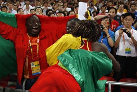 图文-[奥运]田径女子三级跳 与支持者这拥抱