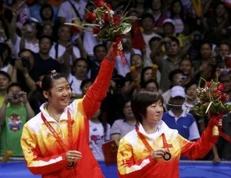 图文-羽球女双铜牌争夺战 二人向观众致意