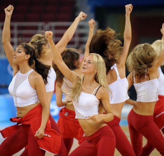 乌克兰拉拉队红裙耀眼