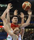 图文-[奥运]男篮68-94立陶宛 姚明如同千手观音