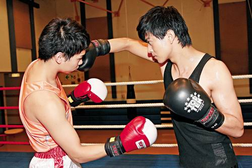 图文-陈晓东化身拳击手 一记重拳