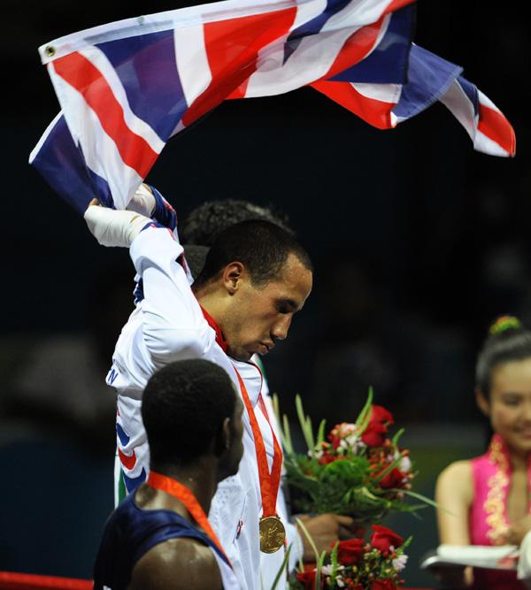 图文-[奥运]拳击男子75公斤 冠军德格勒手挥国旗
