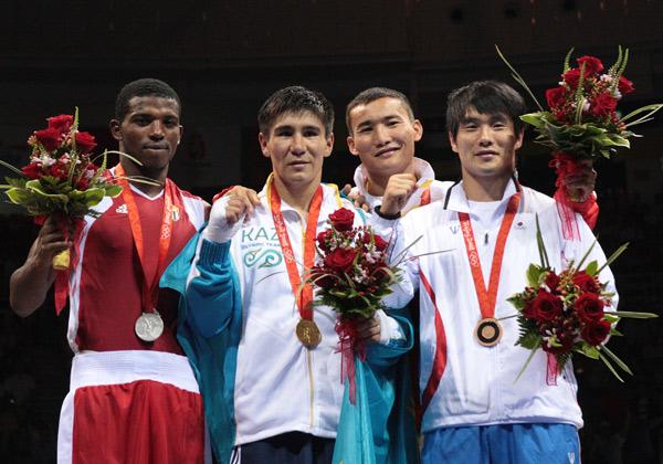 图文-[奥运]拳击男子69公斤 前三名得主颁奖合影