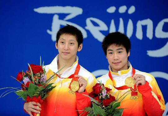 图文-中国选手男子双人10米跳台夺金 秀一秀金牌