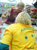 图文-女子100米蛙泳澳大利亚夺冠 与家人拥抱与家人分享喜悦