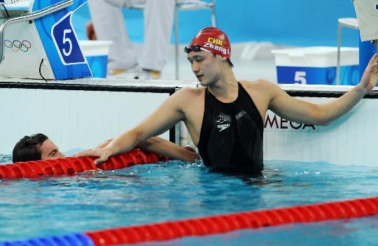 图文-张琳进1500米自由泳决赛 与澳选手交流