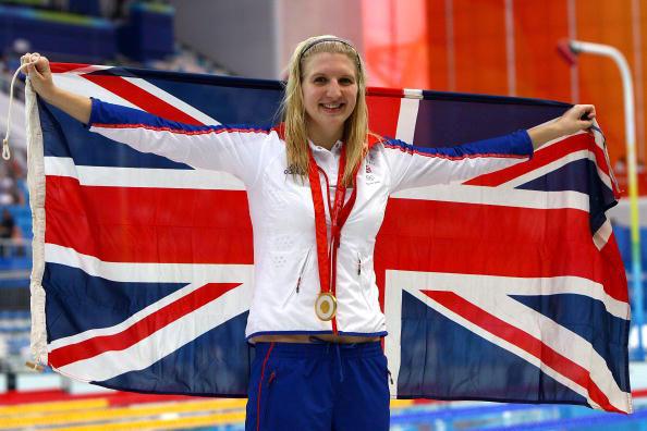 图文-女800米自阿德灵顿夺冠 英国国旗披在身上