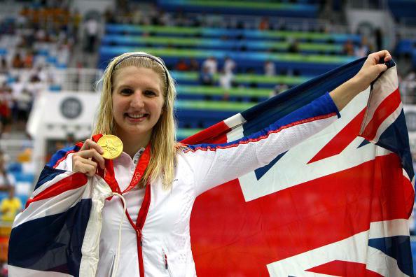 图文-女800米自阿德灵顿夺冠 阿德灵顿展示金牌
