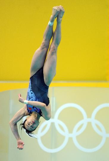 图文-吴敏霞获得女子3米跳板季军 精彩的空中动作