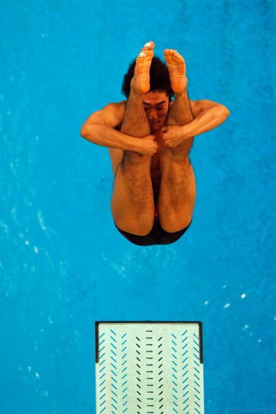 图文-奥运跳水男子3米跳板预赛 双臂紧抱双腿