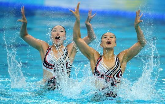 图文-花样游泳双人项目决赛赛况 举起双手召唤
