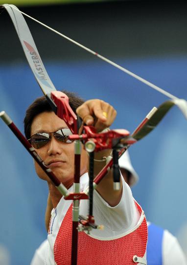 图文-奥运会射箭男子团体决赛 李昌焕在比赛中