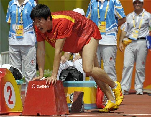图文-刘翔因伤退出110米栏比赛 疼痛使他无法站立