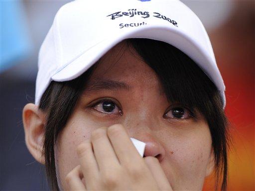 图文-刘翔因伤退出110米栏 擦拭眼泪的中国观众