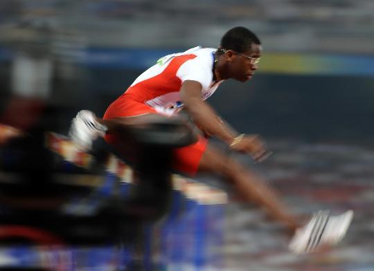 图文-奥运男子110米栏19日赛况 罗伯斯飞奔