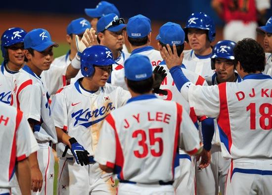 图文-聚焦奥运会17日棒球赛场 庆祝胜利