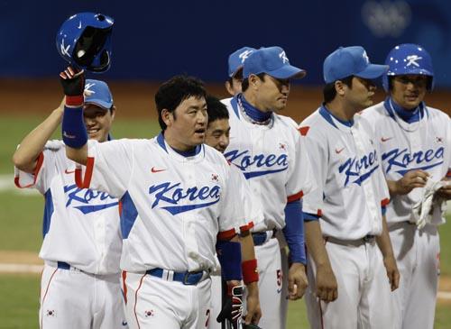 图文-聚焦奥运会17日棒球赛场 胜利后骄傲的离场