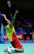 图文-奥运会羽毛球男单决赛 林丹夺冠扔掉球拍