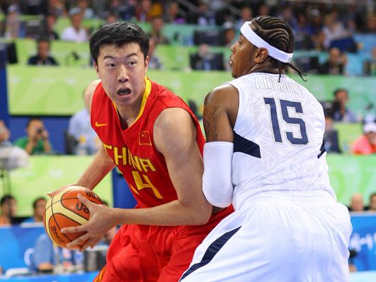 图文-[奥运会]中国男篮VS美国 王治郅突破安东尼
