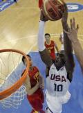 图文-[奥运会]中国男篮VS美国 科比飞身猛灌