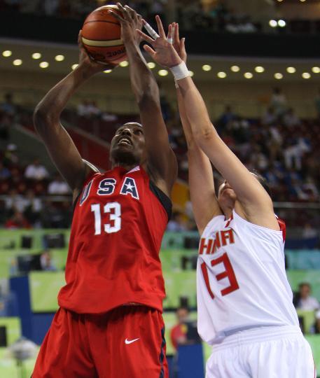 图文-女篮预赛中国63-108美国 刘丹篮下毫无对策