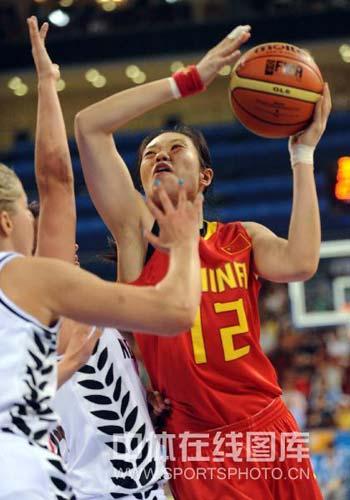 图文-[奥运会]中国女篮80-63新西兰 陈楠篮下强打