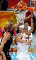 图文-[奥运会]中国男篮59-55德国 朱芳雨被封盖