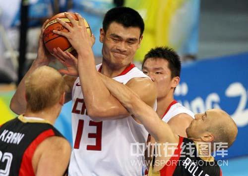 图文-[奥运会]中国男篮59-55德国 卡曼夹击姚明