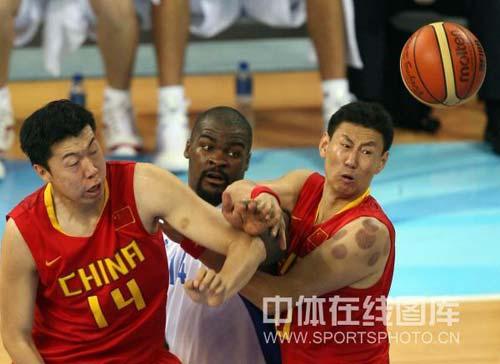 图文-[奥运会]中国男篮77-91希腊 大郅李楠合作