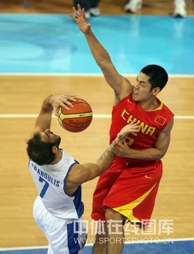 图文-[奥运会]中国男篮77-91希腊 张庆鹏抢球