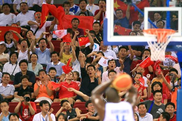 图文-[奥运]中国男篮77-91希腊 中国球迷热情助威