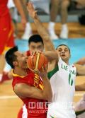图文-[奥运]中国男篮VS立陶宛 阿联被动中投篮