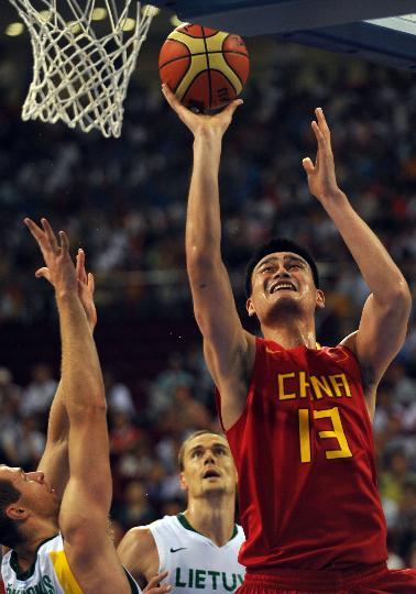 图文-男篮中国队不敌立陶宛队 姚明积极进攻
