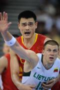 图文-男篮中国队不敌立陶宛队 姚明积极防守