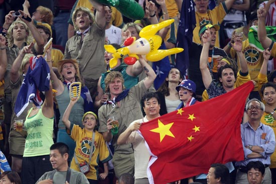 图文-中国女篮56-90澳洲 现场的球迷
