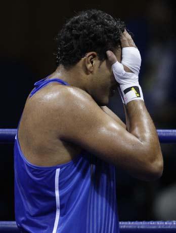 图文-17日拳击淘汰赛争夺赛况 选手双方掩面