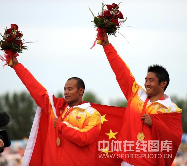 图文-孟关良/杨文军500米划艇卫冕 高举鲜花