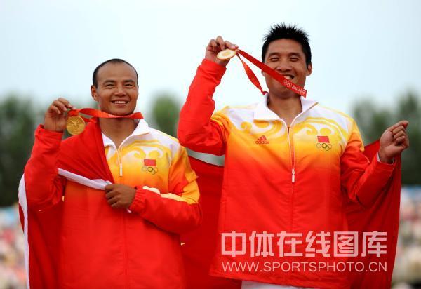 图文-孟关良/杨文军500米划艇卫冕 高举金镶玉