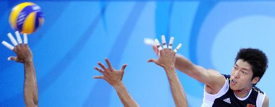 图文-男排预赛中国胜委内瑞拉 沈琼在比赛中扣球