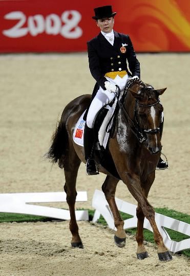 图文-中国奥运马术选手刘丽娜 表情并不轻松