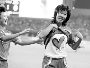 中国女足打破12年魔咒 韩端任意球抢点射门建功