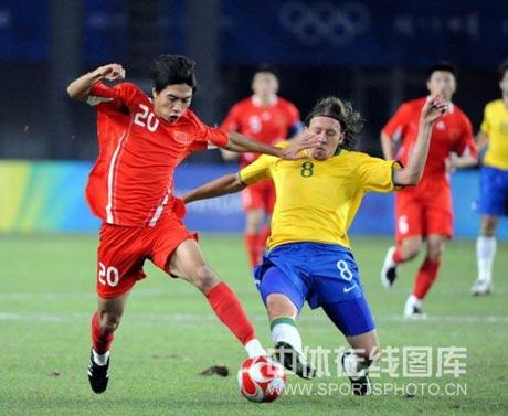 图文-[男足]中国0-3巴西 朱挺利用速度突破