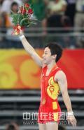 图文-奥运男子自由体操决赛 向全场观众招手