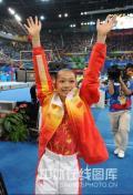 图文-体操女子高低杠决赛赛况 向观众问好
