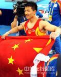 图文-陈一冰夺得男子吊环金牌 双手紧握国旗